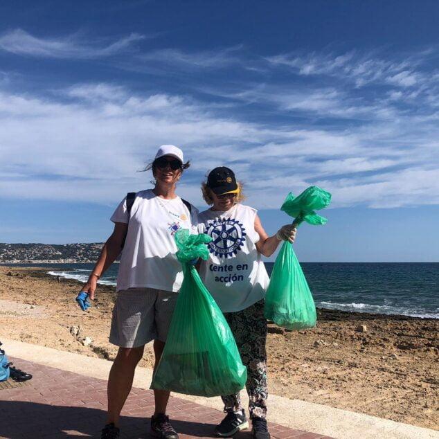 Imagen: Miembros del Club Rotary en la limpieza del litoral de Xàbia