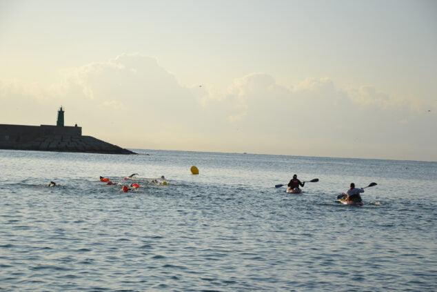 Imagen: Nadadores en aguas de la playa de la Grava