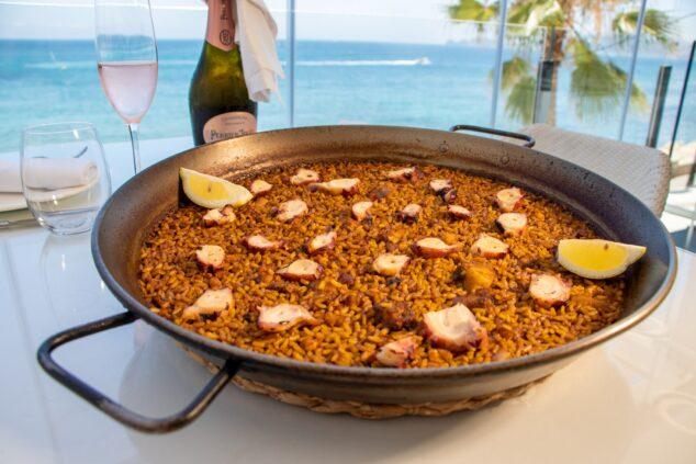 Imagen: Paella de marisco con vistas al mar