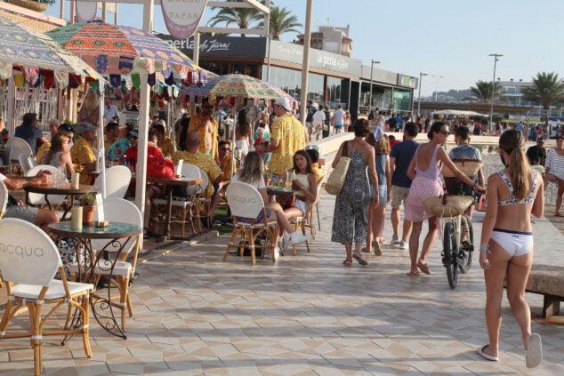 Imagen: Personas en el paseo de la playa del Arenal de Xàbia