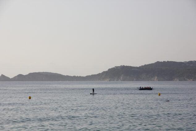 Imagen: Practicando remo y paddle surf en aguas de la playa de la Grava