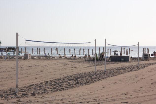 Imagen: Redes de voleyplaya instaladas en el Arenal