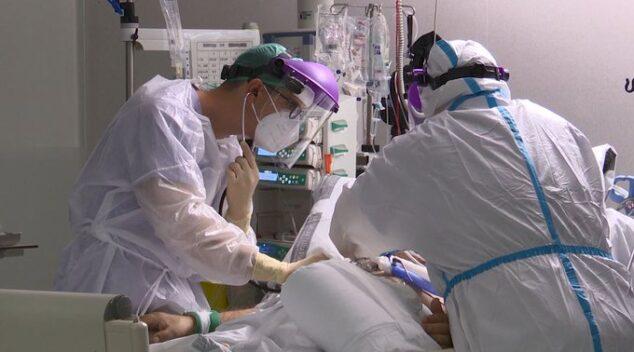 Imagen: Sanitarios atendiendo a un paciente