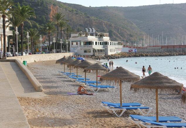 Imagen: Zona de hamacas y sombrillas de la Playa de la Grava