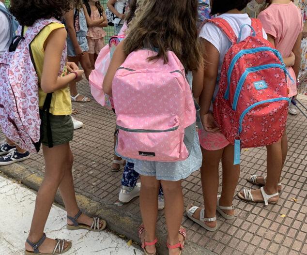 Imagen: Alumnado en la entrada de un colegio