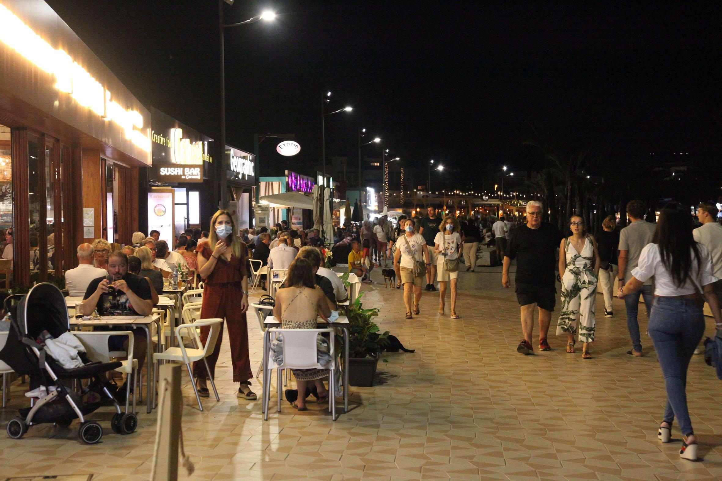 Ambiente en el paseo del Arenal la noche del sábado