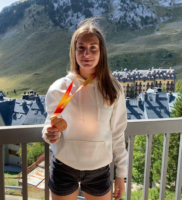 Ana González con la medalla de bronce