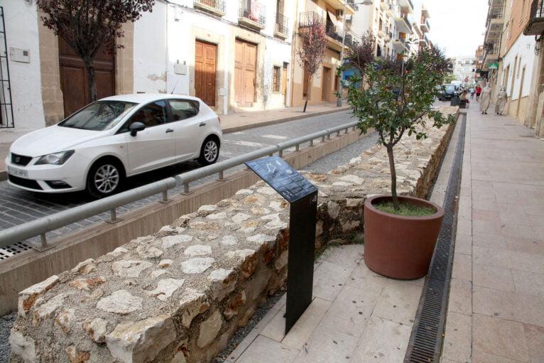 Antigua muralla reconstruida en el centro histórico de Xàbia
