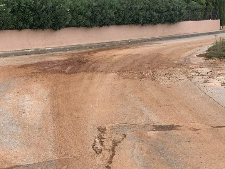 Arrastre de tierra y piedras en un vial de Xàbia