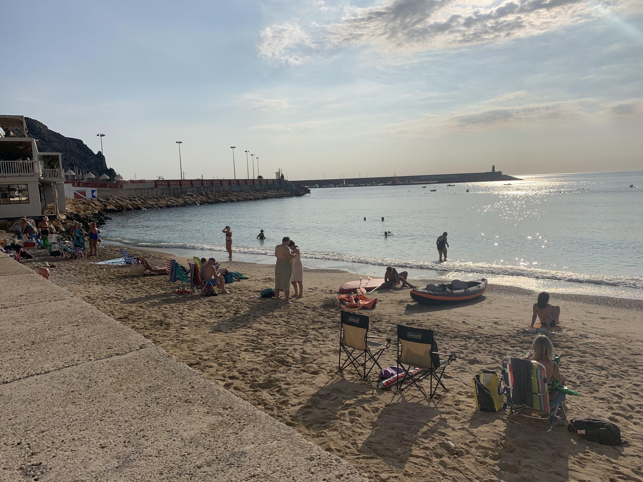 Bañistas en la playa de la Grava a primera hora de este domingo