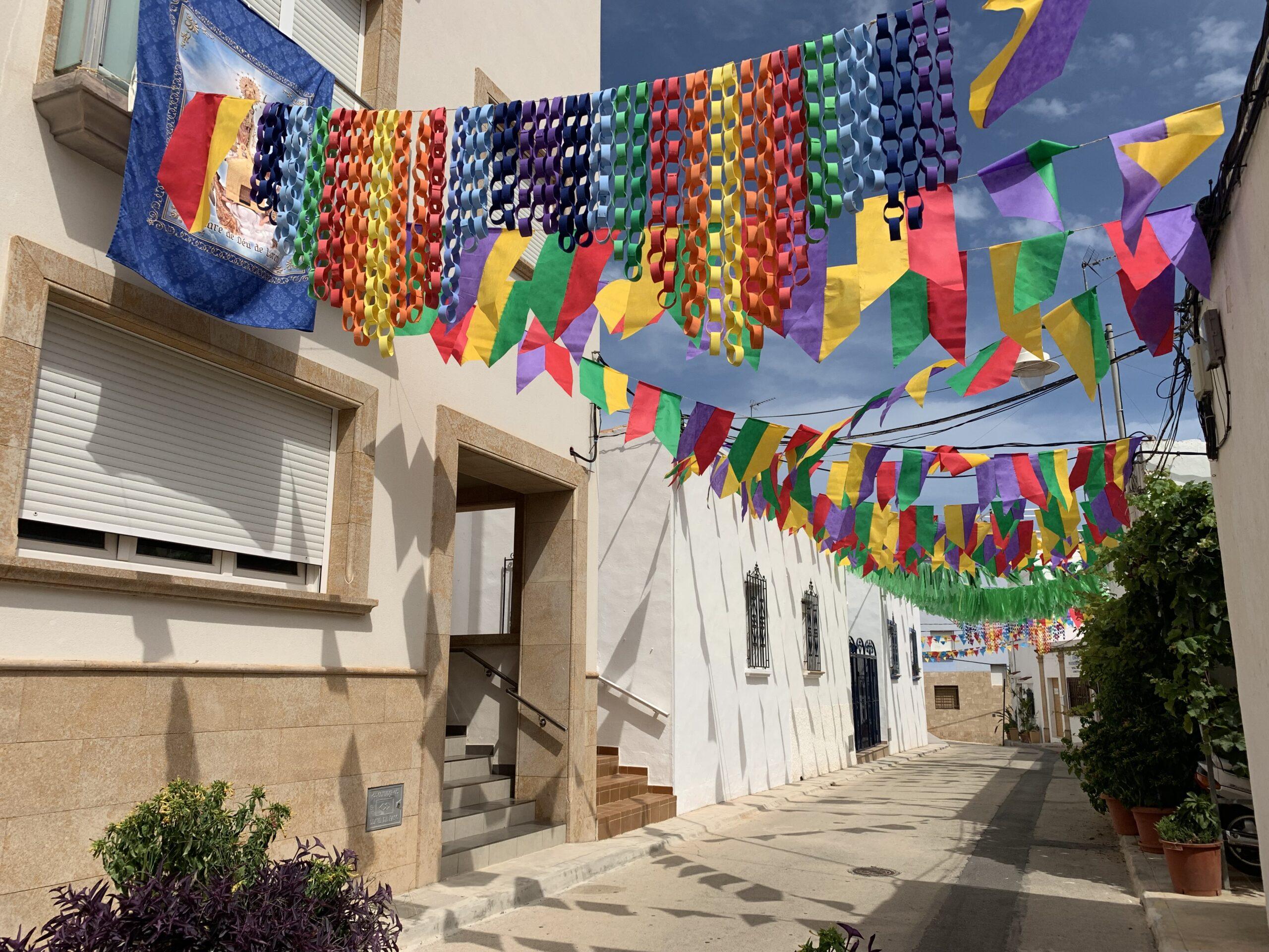 Calle engalanada en Fiestas de Loreto 2021