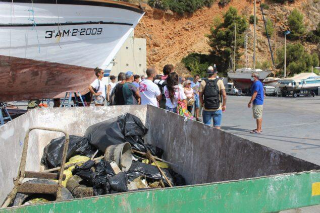 Imagen: Grupo de voluntarios en la limpieza del Club Náutico Jávea