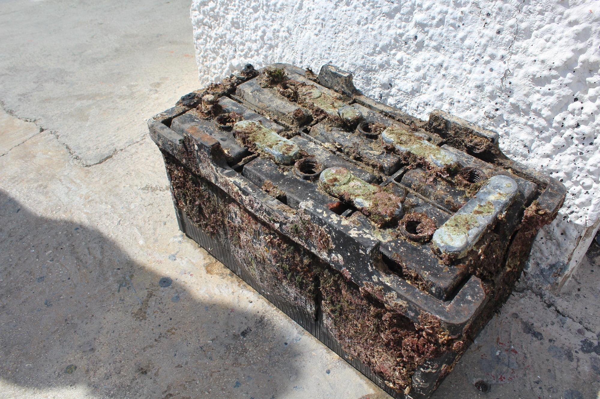 Batería de embarcación extraída del fondo del mar