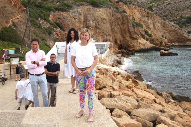 Imagen: Concejales del Partido Popular en la Cala del Tangó