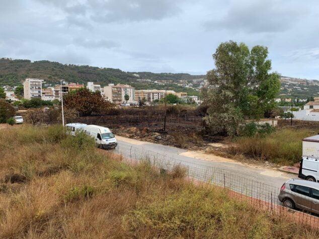 Imagen: Estado de la otra parcela con matorral que también denuncian los vecinos