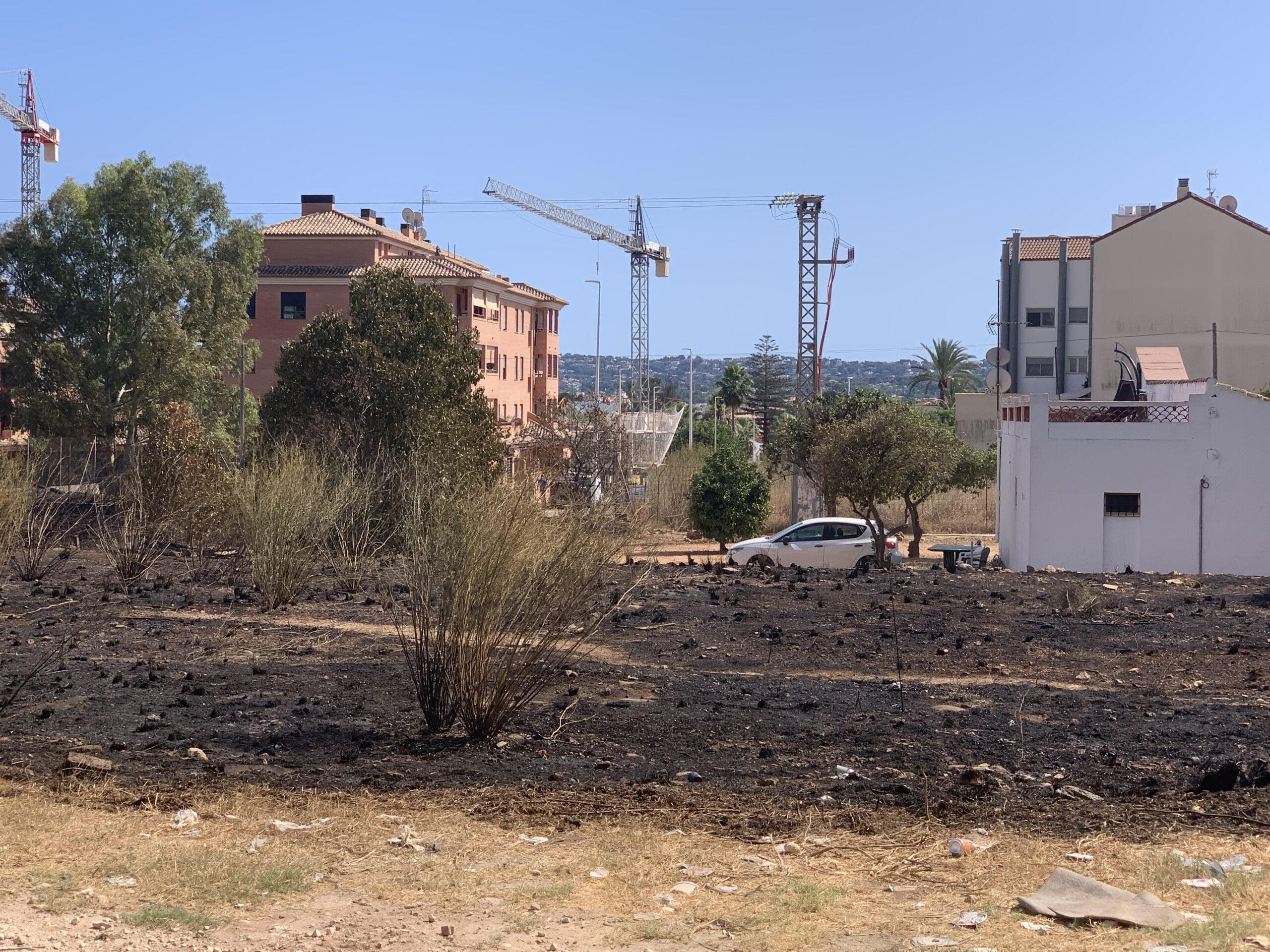 Extinguido el incendio originado en una parcela de Xàbia (1)