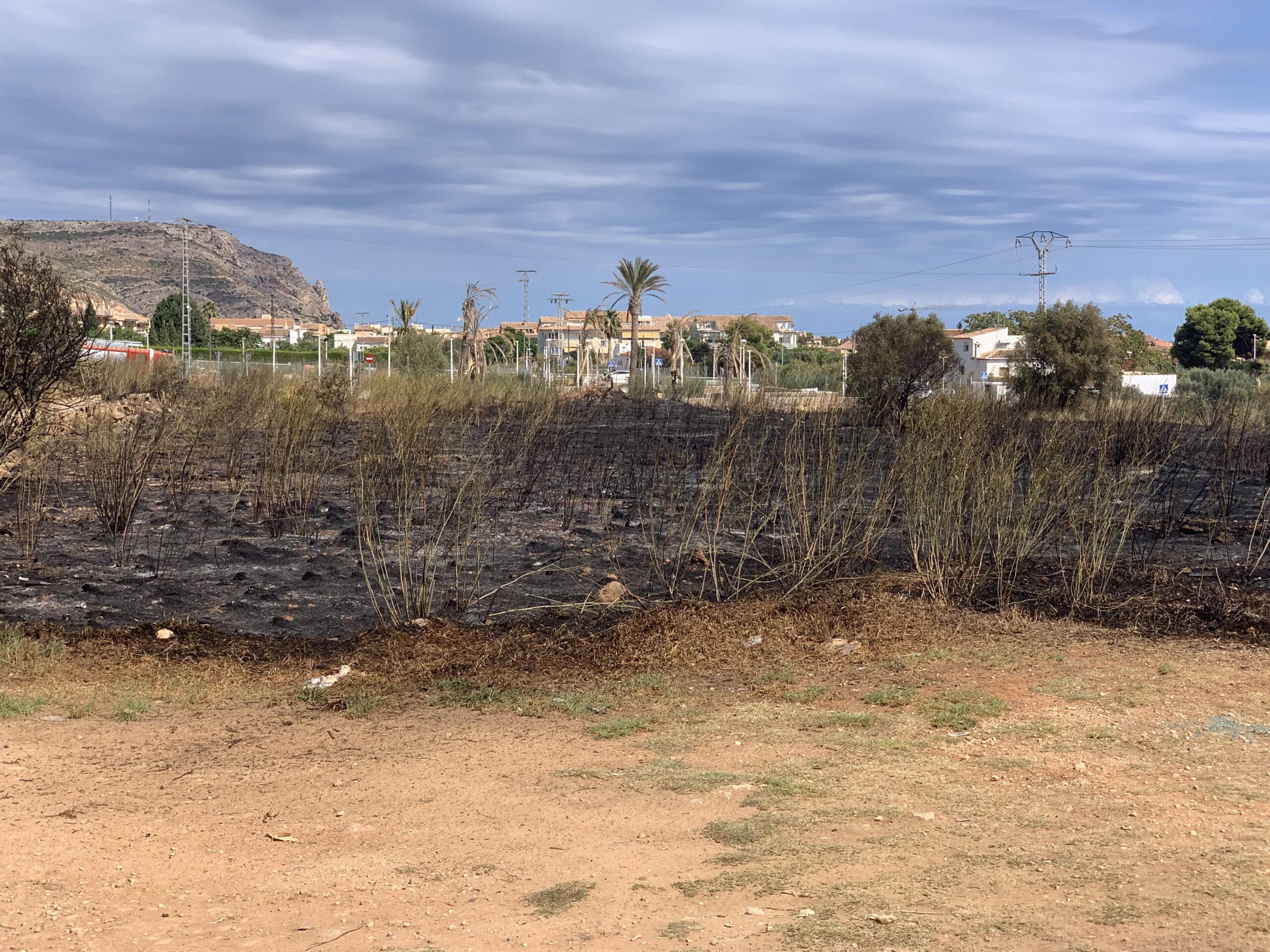 Extinguido el incendio originado en una parcela de Xàbia (2)