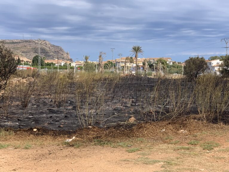 Extinguido el incendio originado en una parcela de Xàbia (3)