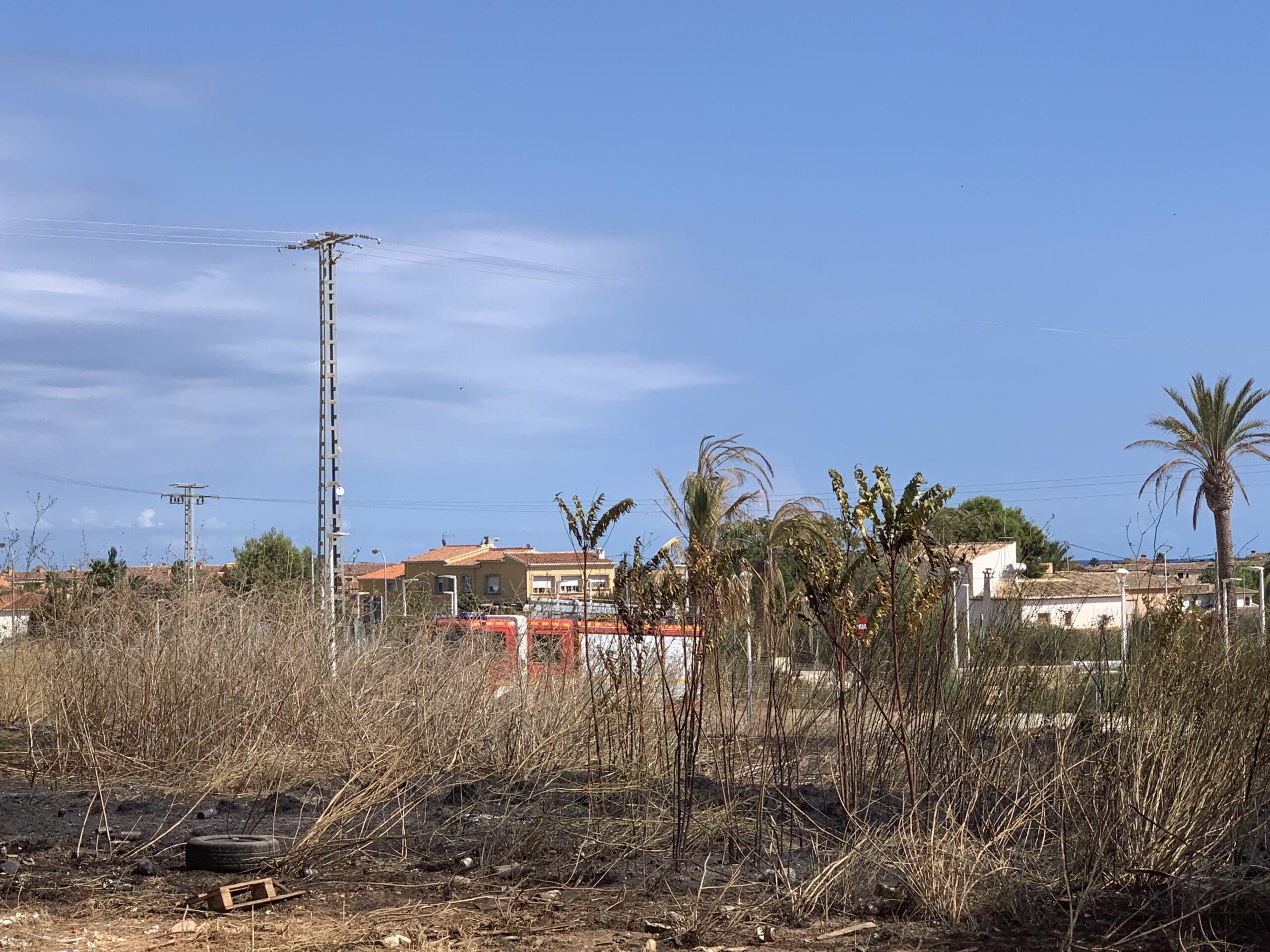 Extinguido el incendio originado en una parcela de Xàbia (4)