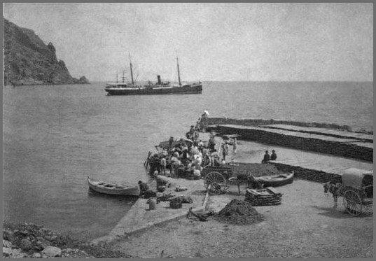 Foto de 1901 del puerto de Xàbia a la llegada de un barco de vapor para el transporte de pasa
