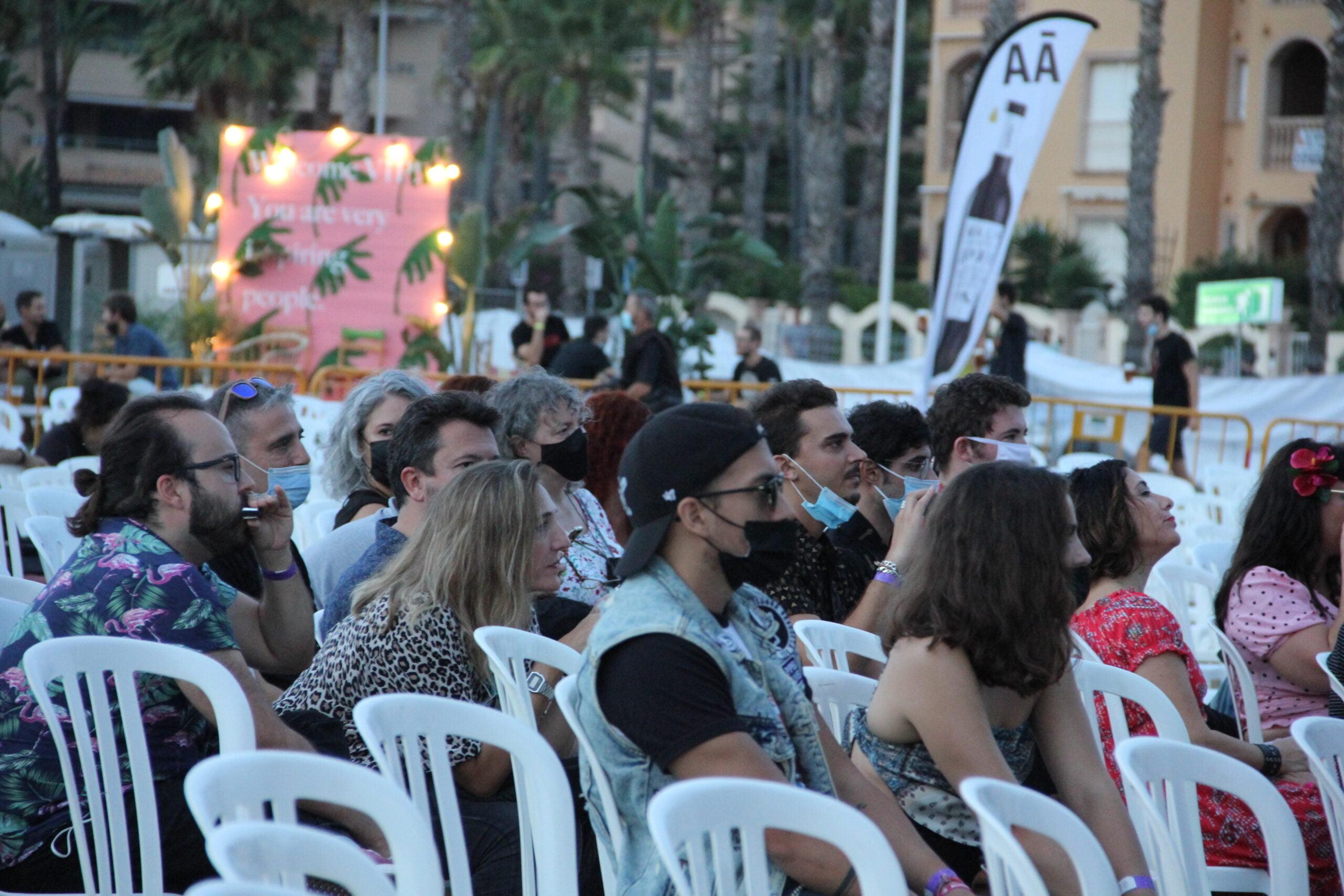 Grupo de gente tocando la armónica en el Montgorock Xàbia Festival 2021