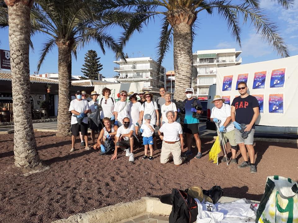 Grupo de limpieza de la playa del Arenal