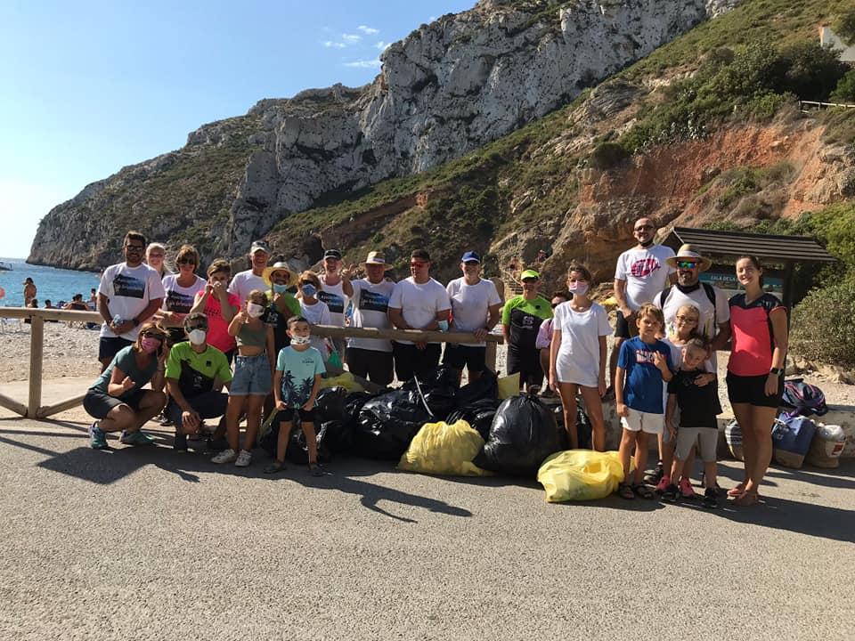 Grupo de personas en la limpieza de la Cala de la Granadella