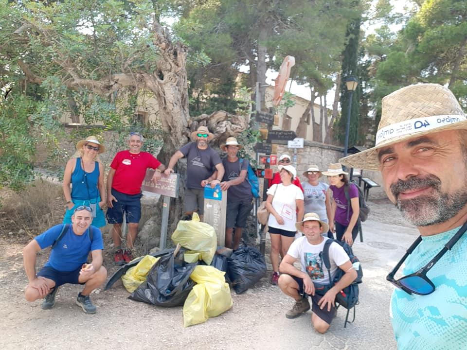 Grupo de personas en la limpieza del litoral