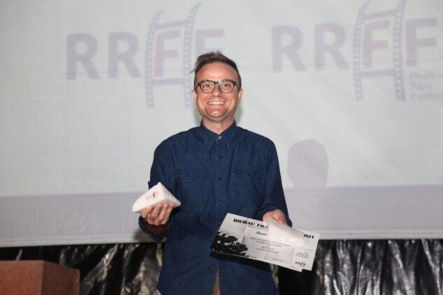 Imagen: Ignacio Estaregui recogiendo su premio a Mejor Cortometraje de Ficción