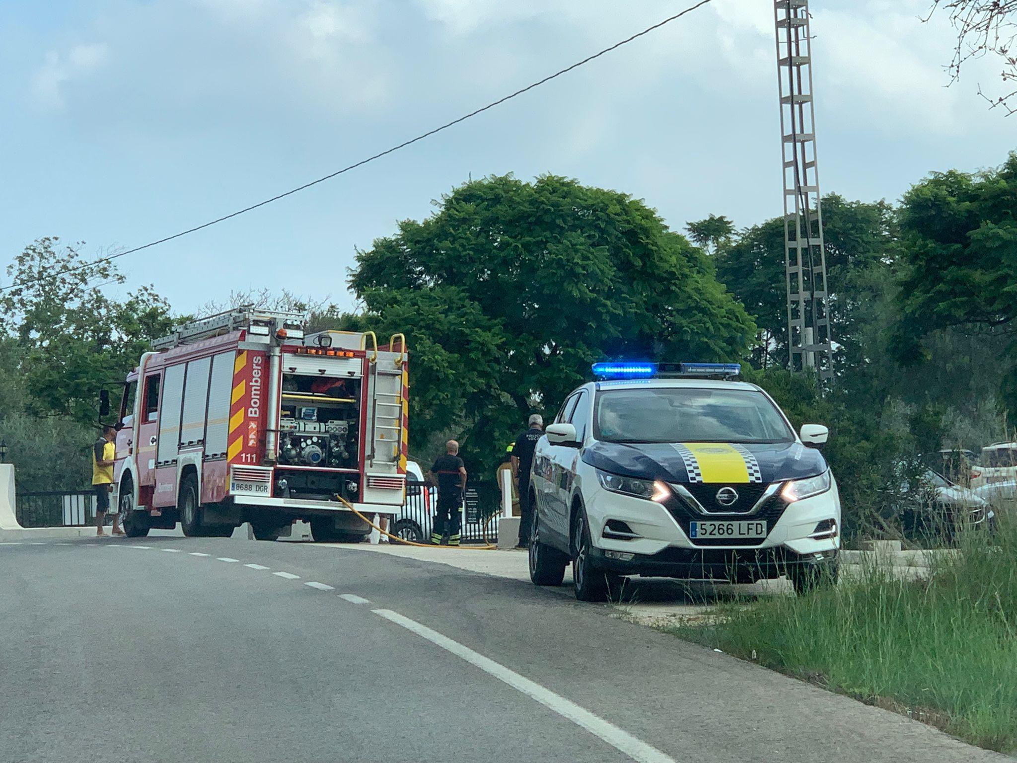 Intervención de bomberos y Policía Local en el lugar del incidente