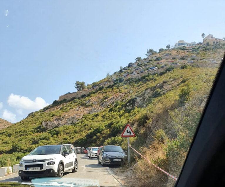 Mal estacionamiento de vehículos dificultando paso