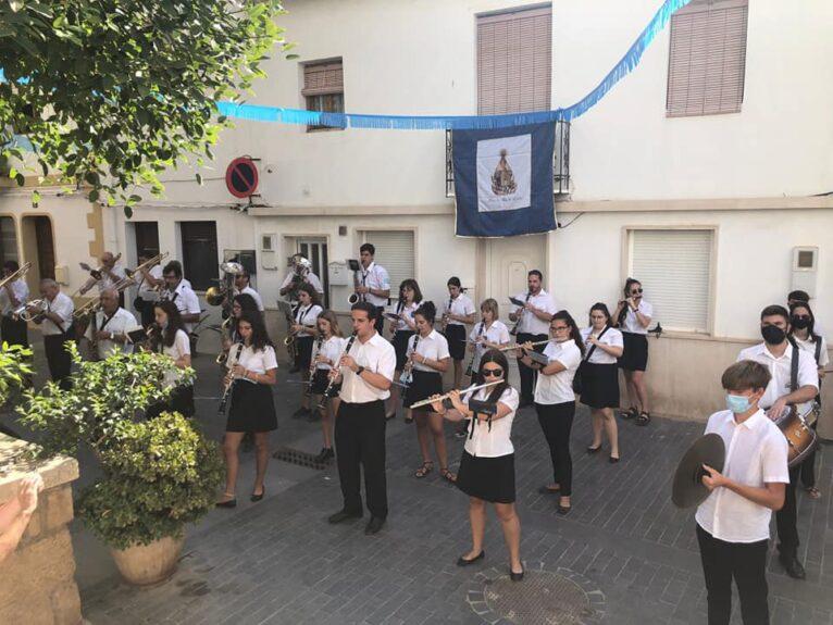 Músicos a la puerta de la iglesia