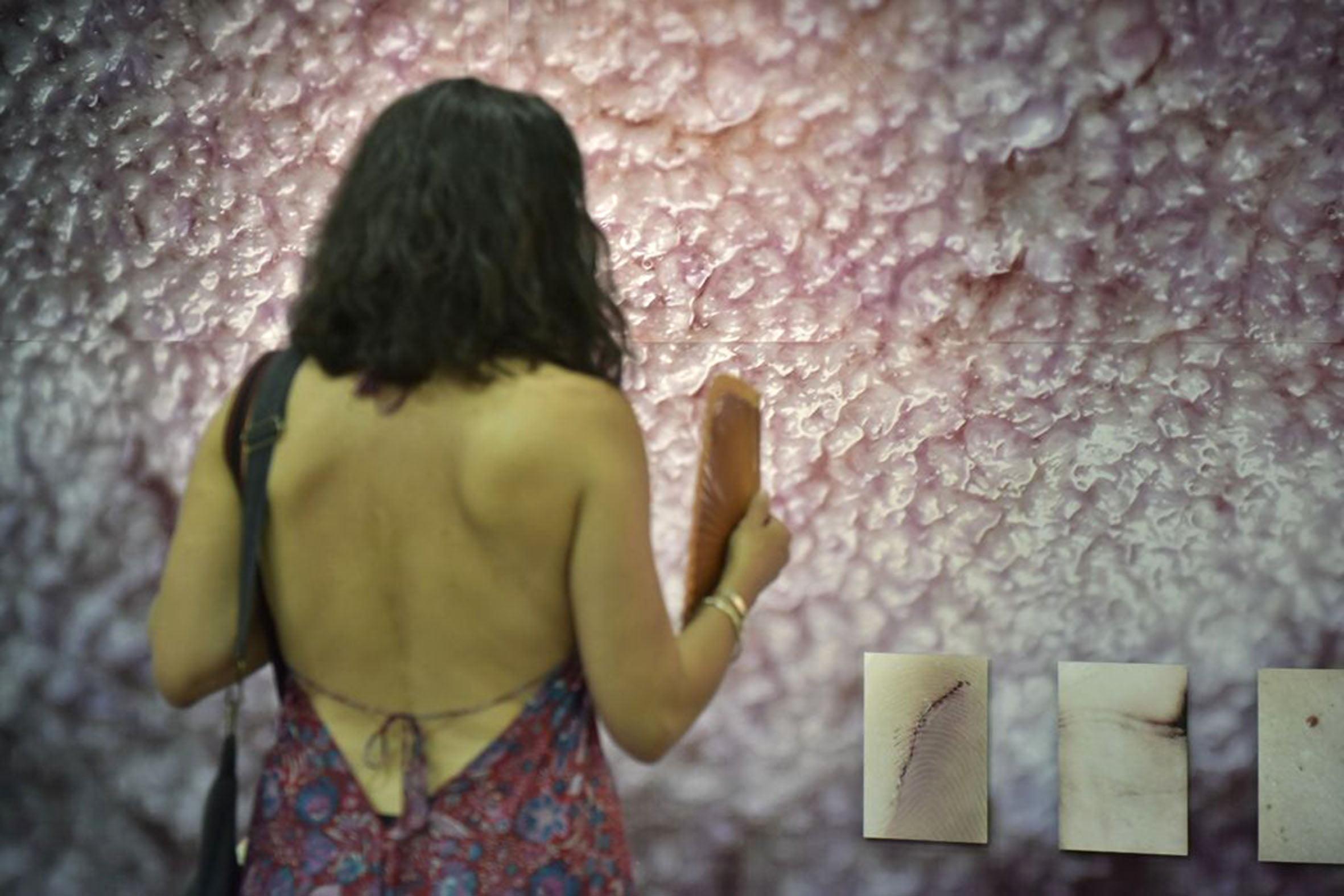 Observando una de las exposiciones