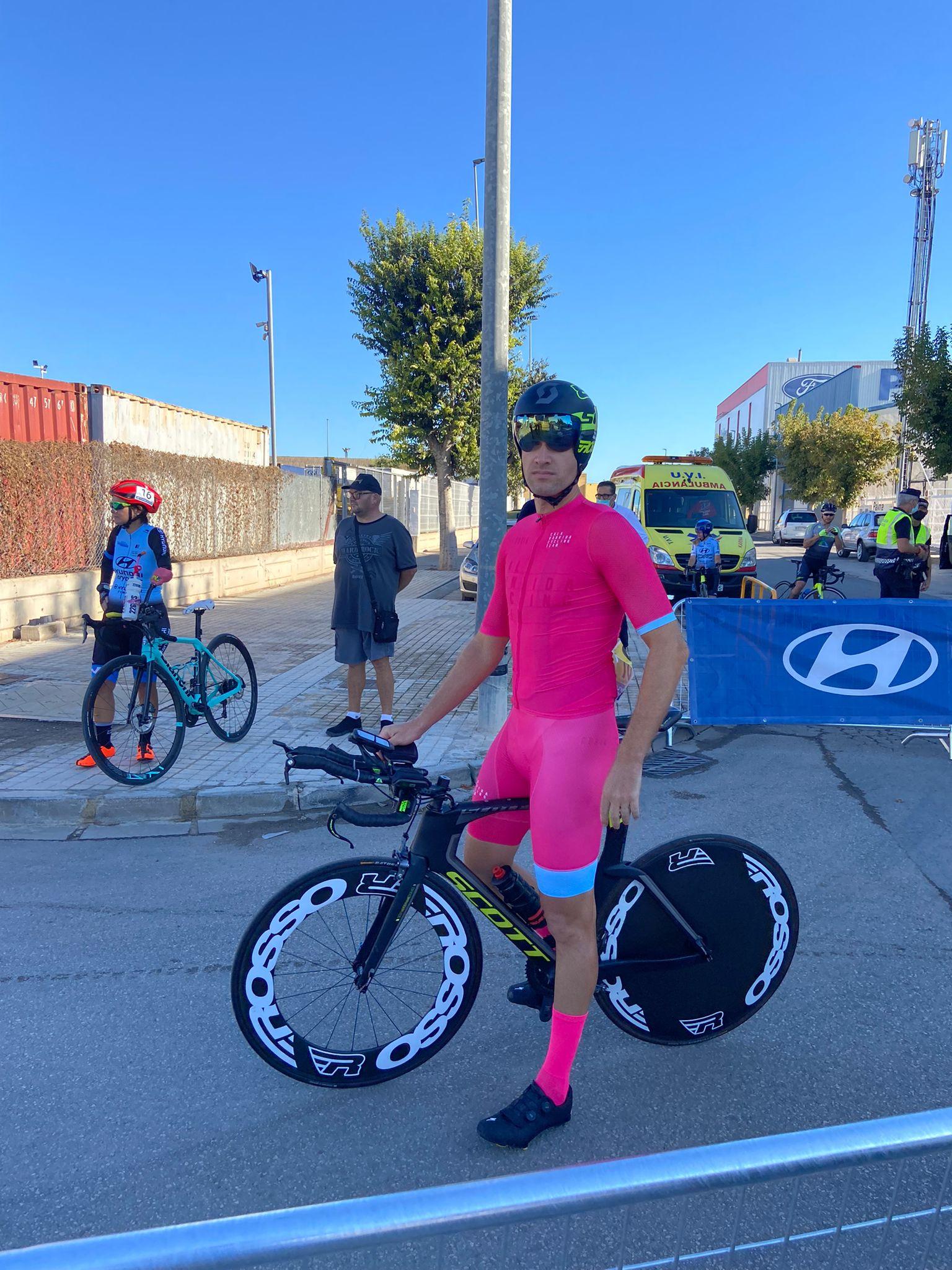 Pablo Ivars junto a la bicicleta