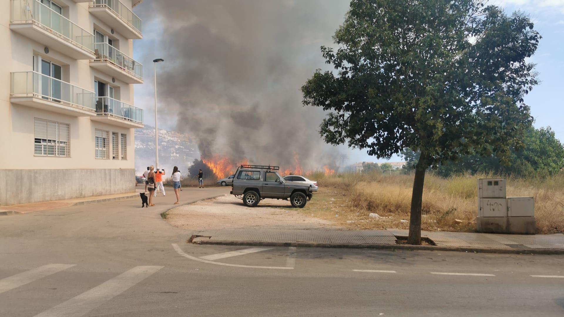 Parte del incendio en la parcela de Xàbia