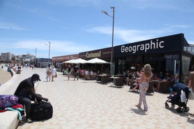 Imagen: Turistas en el paseo de la Playa del Arenal