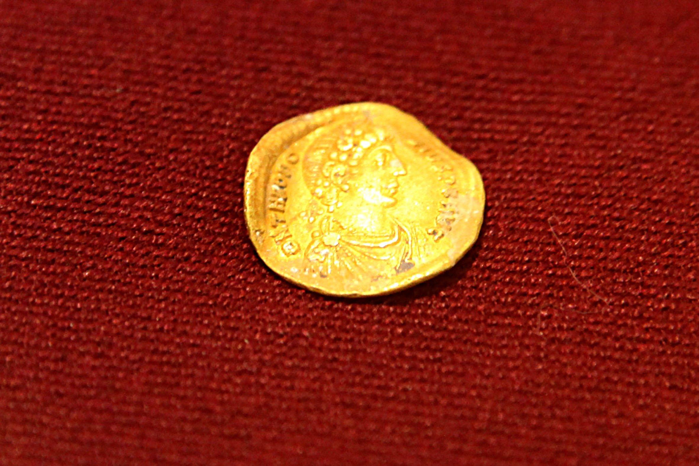 Una de las monedas halladas