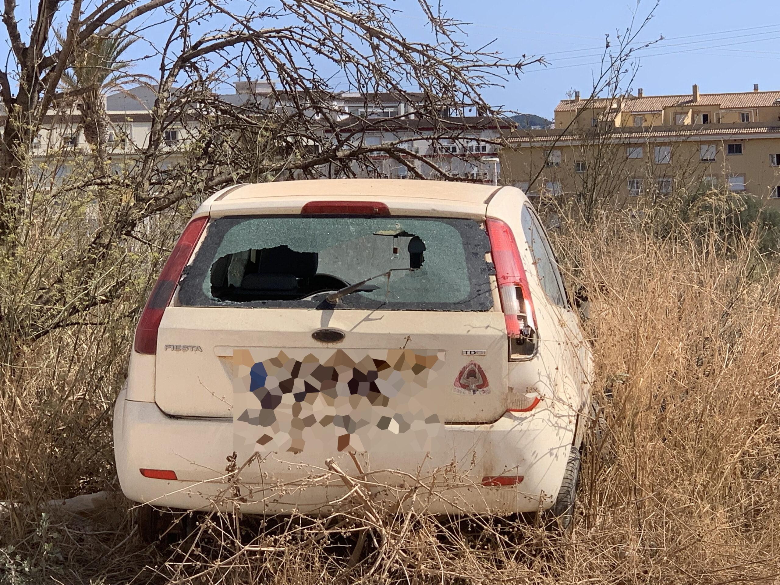 Vehículo estacionado en la parcela incendiada