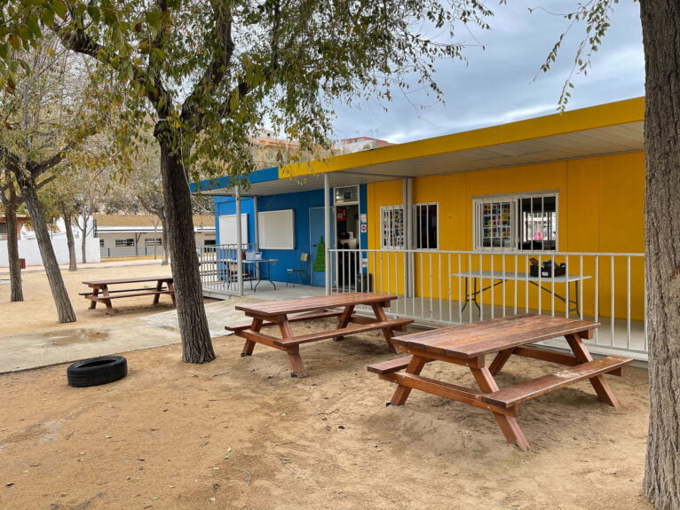 Bancos y mesas del actual colegio el Graüll