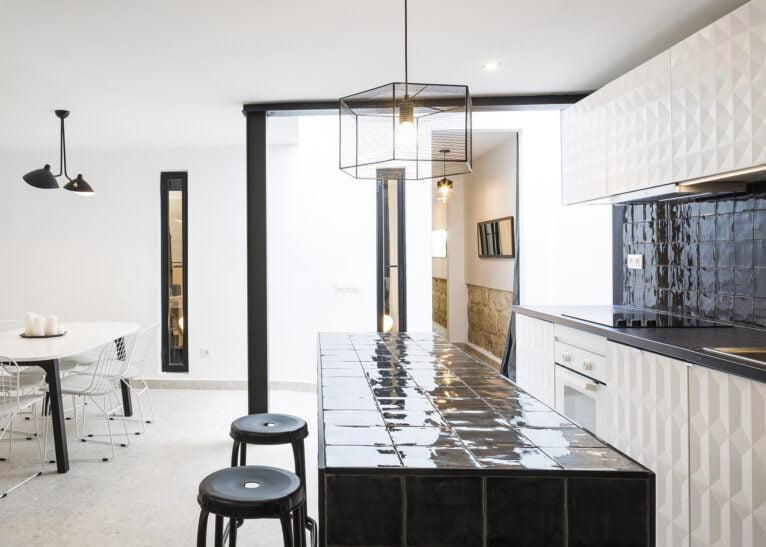 Casa de pueblo totalmente reformada con cocina equipada y moderna con Atina Inmobiliaria