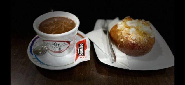 Imagen: Chocolate y mona de pascua en Cafetería L'Encant de Jávea