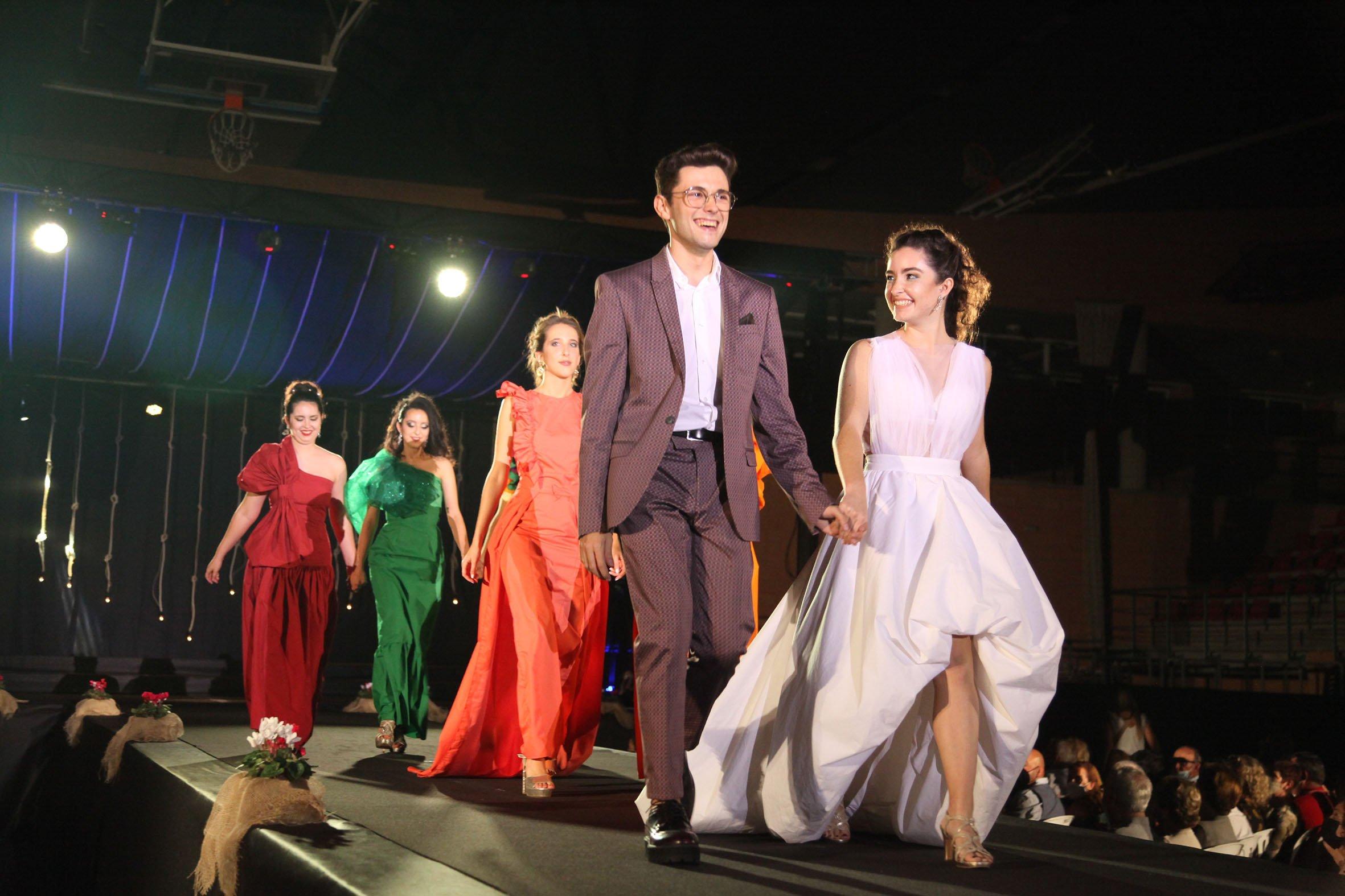 Desfile de moda en el acto de elección de reina, damas y presidentes 2022