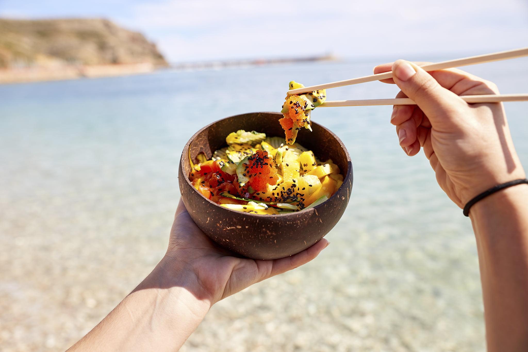 Disfruta tu poke bowl en la playa