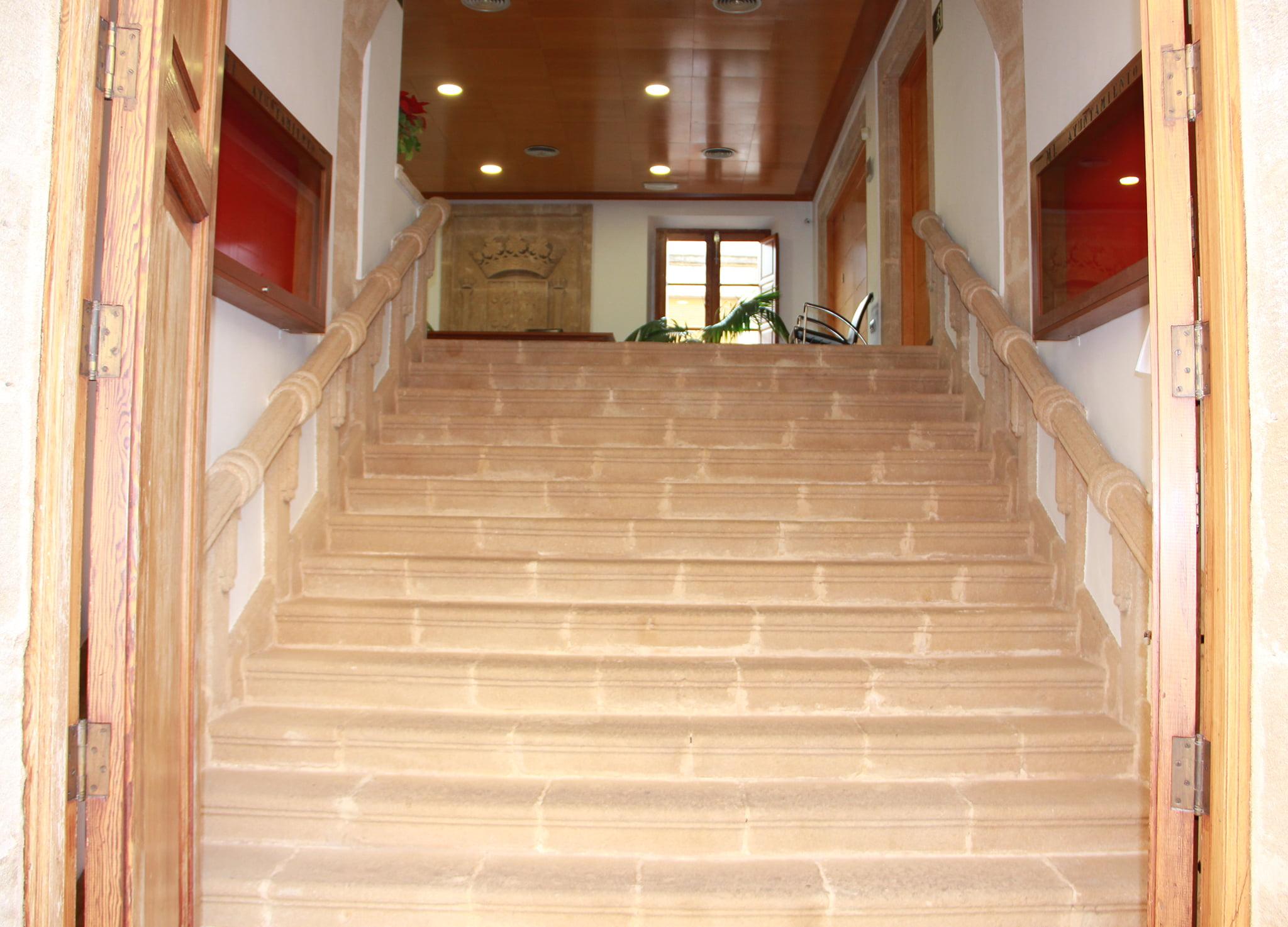 Escaleras de tosca de la entrada al Ayuntamiento de Xàbia