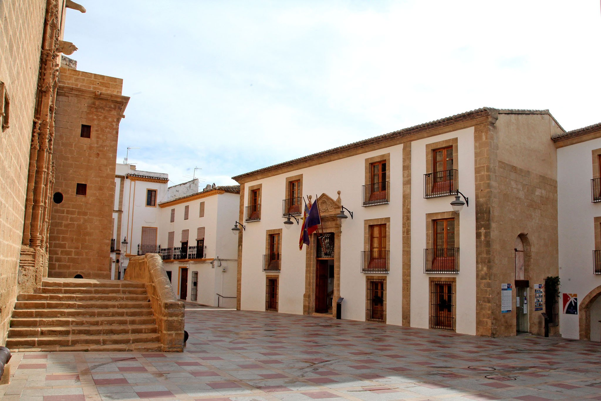 Fachada y plaza del Ayuntamiento de Xàbia