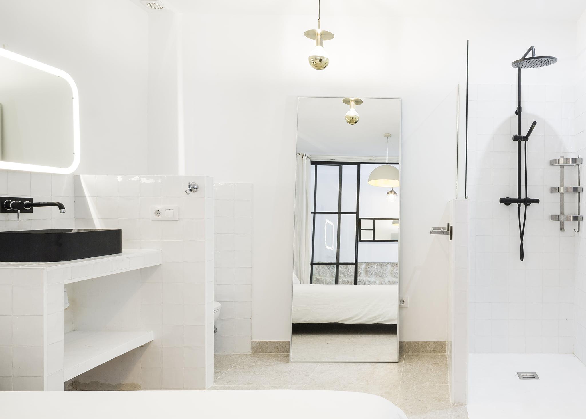 Habitación con baño en casa de pueblo reformada con vistas en Jávea con Atina Inmobiliaria