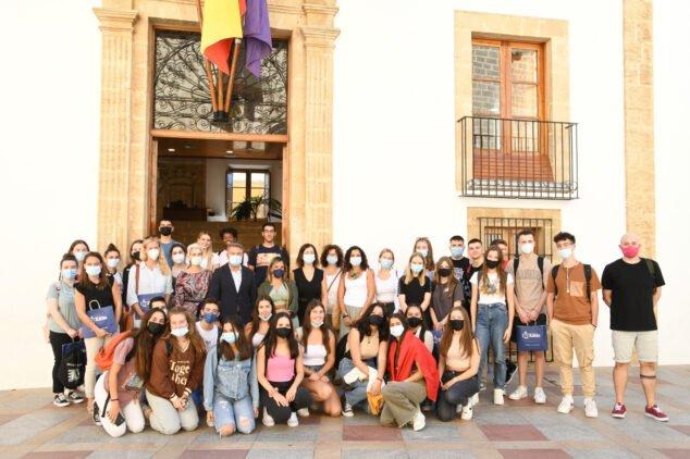 Imagen: Recepción de los estudiantes frente al consistorio