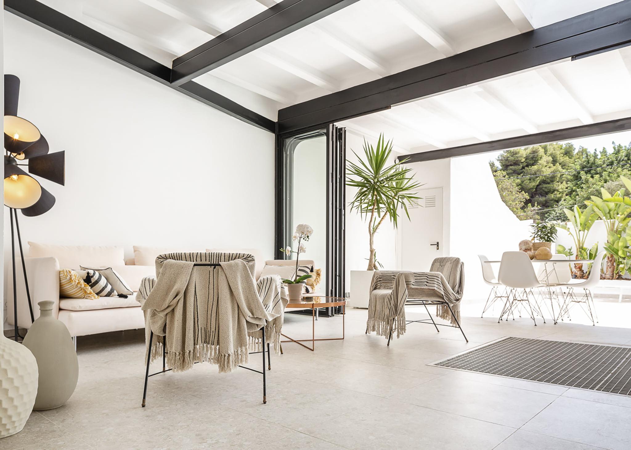 Salón interior y exterior en casa de pueblo céntrica de Atina Inmobiliaria