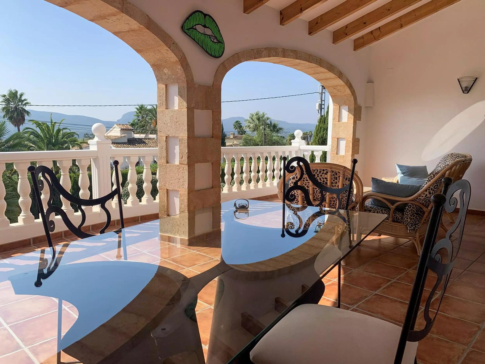 Terraza cubierta y equipada en villa en el Montgó con Vicens Ash Properties
